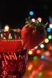 Fragola sul bicchiere di vino Fotografia Stock