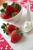 Fragole & crema fresche fotografia stock