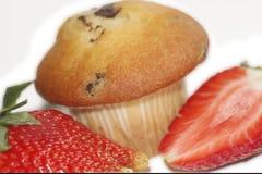 Fragole con un muffin Grande e chiaramente isolato dai precedenti particolarmente per voi Immagini Stock Libere da Diritti