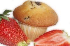Fragole con un muffin Grande e chiaramente isolato dai precedenti particolarmente per voi Fotografia Stock