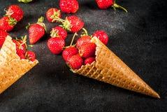 Fragole in coni gelati Immagini Stock