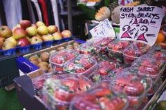 Fragole da vendere al mercato dell'agricoltore Fotografia Stock Libera da Diritti