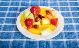 Fragole dei manghi e frutta tagliata immagine stock libera da diritti