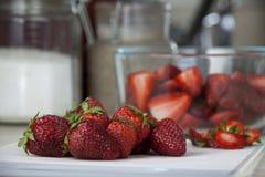 Fragole deliziose e mature sul tagliere fotografia stock