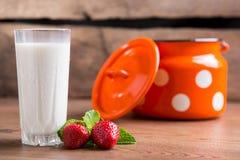 Fragole e bicchiere di latte Immagini Stock Libere da Diritti