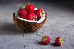 Fragole e ciliege a metà della noce di cocco Fotografie Stock Libere da Diritti