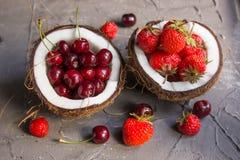 Fragole e ciliege a metà della noce di cocco Immagine Stock Libera da Diritti