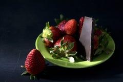Fragole e cioccolato fondente freschi Fotografia Stock Libera da Diritti