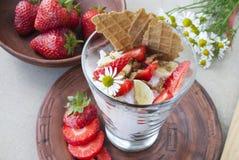 Fragole e crema, natura morta di frutta e fiori Fotografie Stock Libere da Diritti