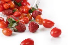 Fragole e pomodori ciliegia immagini stock libere da diritti