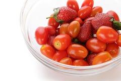 Fragole e primo piano dei pomodori ciliegia fotografie stock libere da diritti