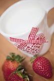 Fragole e tazza del cuore Fotografie Stock