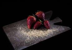 Fragole e zucchero bruno freschi immagine stock