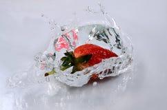 Fragole ed acqua fresche Fotografia Stock Libera da Diritti