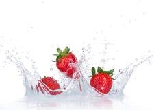 Fragole fresche con la spruzzata dell'acqua fotografia stock libera da diritti