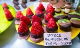 Fragole fresche immerse in cioccolato Immagine Stock