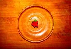 Fragole fresche su un piatto trasparente fotografia stock libera da diritti