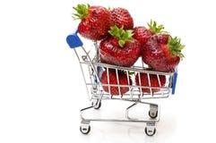 Fragole fresche in un carretto del supermercato su fondo bianco Fotografia Stock