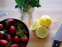 Fragole, limoni ed erbe Fotografia Stock
