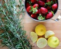 Fragole, limoni ed erbe Fotografie Stock Libere da Diritti