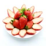 Fragole mature in piatto su bianco Fotografia Stock