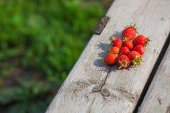 Fragole mature su un fondo di legno nel villaggio Il concetto delle vacanze estive Fotografia Stock Libera da Diritti