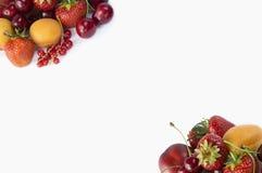 Fragole, ribes, albicocche, nettarine e ciliege maturi su fondo bianco Immagine Stock Libera da Diritti