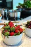 Fragole sul tavolo da cucina Fotografia Stock Libera da Diritti