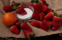 Fragole, zucchero ed arancia immagine stock