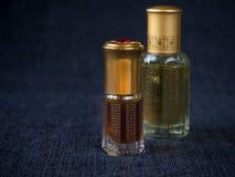 Fragrâncias árabes do perfume do attar do oud ou do óleo do agarwood em umas mini garrafas foto de stock royalty free