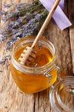 Fragrant świeży lawendowy miód w szklanym słoju zakończeniu pionowo zdjęcie royalty free