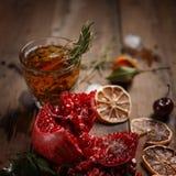 Fragrant owocowa herbata z tangerines, wysuszonymi cytrynami i rozmarynami na drewnianym stole, Kraju styl obrazy royalty free