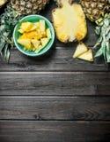Fragrant plasterki dojrzały ananas w pucharze obraz stock