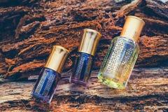 Fragranze arabe del profumo dell'essenza di oud o dell'olio del agarwood in mini bottiglie fotografia stock libera da diritti