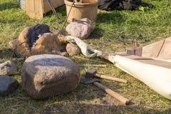 Fragua antigua de la arcilla, pieles, martillo y otras herramientas fotos de archivo libres de regalías