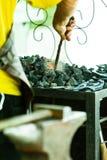 Fragua de trabajo del herrero en tienda vieja imagenes de archivo