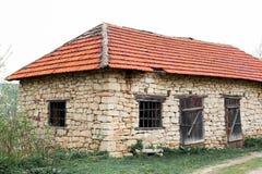 Fragua estable del granero de la casa del pueblo de Ucrania de la naturaleza del campo retro de piedra viejo de los edificios imagenes de archivo