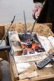 Fragua vieja del herrero con los carbones calientes imagen de archivo libre de regalías
