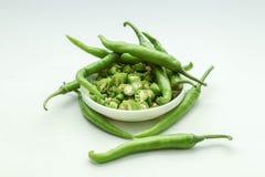 Frais chaud épicé vert indien du sud découpé en tranches dans une cuvette Photo libre de droits