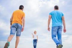Frais estival et brigh Jolie marche d'amies de femme et d'hommes extérieure Les personnes de mode semblent occasionnelles dans l' image libre de droits
