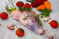 Frais et viande crue Jambe d'agneau sur le fond en bois Photos stock