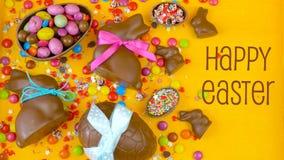 Frais généraux décadents heureux de fond de chocolat de Pâques avec les oeufs et la sucrerie de pâques clips vidéos