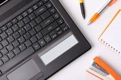 Frais généraux d'ordinateur portable et de fournitures de bureau photo stock