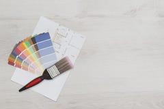 Frais généraux de brosse et d'échantillons sur le plan d'étage avec l'espace de copie Photographie stock