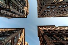 Frais généraux de quatre bâtiments et le ciel. Photo stock