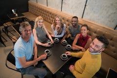Frais généraux des amis heureux ayant le café Image libre de droits