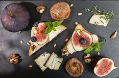Frais généraux des figues, figues sèches, sandviches de casse-croûte avec le brie, c bleu Image stock
