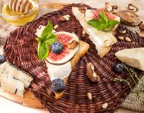 Frais généraux des figues, figues sèches, sandviches de casse-croûte avec le brie, c bleu Photo libre de droits