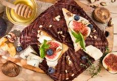 Frais généraux des figues, figues sèches, sandviches de casse-croûte avec le brie, c bleu Photographie stock libre de droits