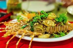 Frais grillé de homard cuit bourré du dîner cher entier épicé de l'Asie de sauce à verts d'ail photographie stock
